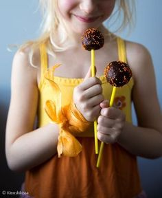 Mokkapalatikkarit  #reseptit #leivonta #tikkarit #makeinen #lastenkutsut Something Sweet, Cake Pops, Cupcakes, Treats, Candy, Desserts, Food, Princesses, Children