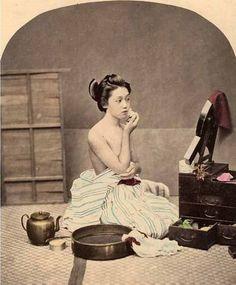 Geisha with her makeup box