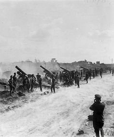 WWI, 29 Aug Battery of howitzers (Royal Garrison Artillery) in action on the roadside at St. Note dust rising from road as result of concussion of discharge, Second Battle of the Somme. World War One, Old World, Ww1 Photos, Battle Of The Somme, Black Watches, Flanders Field, The Old Days, American Revolution, Military History
