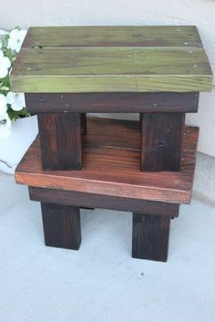 DIY footstool from reclaimed wood. site also has tutorials for pallet wood projects DIY footstool from reclaimed wood. site also has tutorials for pallet wood projects Diy Stool, Wood Stool, Step Stools, Bench Stool, Diy Bench, Scrap Wood Projects, Woodworking Projects, Pallet Projects, Diy Projects