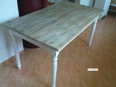 Rustikální dřevěný jídelní stůl z borovice. Stůl je šíře 800 a 900 mm a v délkách 1200, 1400, 1500 a 1600 mm. Výška stolu 750 mm.
