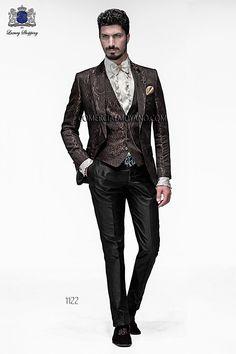 Chaqueta de moda italiano a medida en tejido adamascado marrón con solapa moda en punta y 1 botón fantasía. Bolsillos con tapeta y con ojales inclinados, espalda 1 abertura