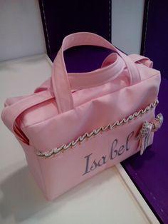 bebetecavigo.Bolso de maternidad de polipiel rosa personalizado en gris.bebetecavigo.