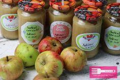 Hallo Ihr Lieben♥ heute zeige ich Euch ein Rezept für leckeres Apfelmus, und zwar einmal in einer extra Variante für den Passieraufsatz von der Kitchenaid, und eine weitere Variante, für die Ihr keine speziellen Küchengeräte benötigt. Das Apfelmus kann super in Schraubgläsern aufbewahrt werden und Ihr könnt es auch prima für Apfeltaschen oder Riemchen Apfel …