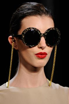 1d477b4b305c3 Diane von Furstenberg Fall 2011 Novas Tendências, Correntes, Cordão Para  Oculos, Oculos De