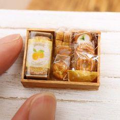 レモン焼き菓子の木箱が完成しました#ドールハウス #ミニチュア #ミニチュアフード#粘土 #樹脂粘土 #miniature #dollshouse#cookie#ハンドメイド#パウンドケーキ