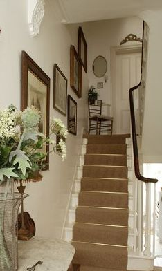 This curvy railing is lovely — no post at the turns — just a continuation of the rail. Victorian Terrace, Victorian Homes, Victorian Townhouse, Edwardian Hallway, Hallway Designs, Hallway Ideas, Staircase Landing, Flur Design, Doors And Floors