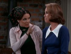 Mary knows a white collar frames the face | Mary Tyler Moore