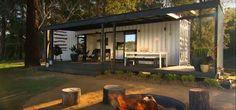 Jovem australiano com ajuda de amigos especialistas transformou um velho contentor de cargas numa fantástica casa de campo.  O trabalho que os jovens fizeram foi incrível, veja com os seus olhos o resultado final: