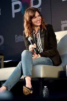 """Mandy Moore did casual-chic in jeans and a blazer at the """"This Is Us"""" panel at EW PopFest."""