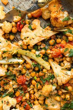 Roasted cauliflower with chickpeas Vegetarian Recipes, Cooking Recipes, Healthy Recipes, Eating Light, Big Meals, Diy Food, Food Inspiration, Good Food, Food And Drink