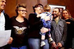 El primer bebé con tres padres en Latinoamérica es argentino Argentina inscribe a un niño, hijo de un matrimonio de lesbianas y de su padre biológico, con sus tres apellidos Alejandro Rebossio   El País, 2015-04-24 http://internacional.elpais.com/internacional/2015/04/24/actualidad/1429827035_368004.html