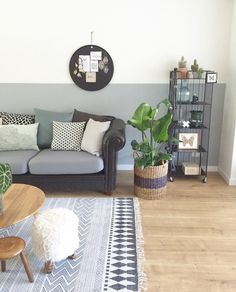 #vintage #shelfie #gold #blackwhite #interior #homedetails #interior4all #roomforinspo #interiordetails #styling #livingroom #woonkamer #bank #vloerkleed #zwartwit