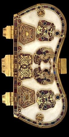 Sutton Hoo Purse -- Centuries -- Bone or ivory base w/ seven decorative plaques worked in gold w/ cloisonne garnets & millefiori glass. The purse held gold coins & ingots. Medieval Jewelry, Viking Jewelry, Ancient Jewelry, Medieval Art, Antique Jewelry, Historical Artifacts, Ancient Artifacts, Anglo Saxon History, Sutton Hoo
