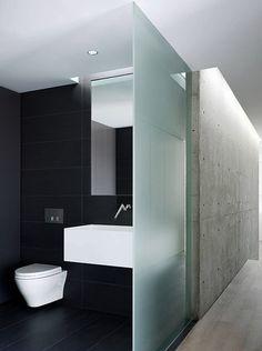 Stilvolle-und-mutige-Badgestaltung-in-Schwarz-mit-weißer-decke-und-glaswand