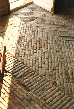 INTERIEUR- bakstenen vloer (Brick paver floor in Napoleonic fort home)