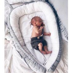 Kokon niemowlęcy HAFTOWANY przypomina rożek otula niemowlę i ogranicza mu przestrzeń, co sprawia,że dziecko czuje się bezpiecznie, jak w brzuszku u mamy.  W ciągu dnia kokon niemowlęcy można wykorzystać wszędzie tam gdzie w danym momencie przebywamy, może posłużyć jako leżaczek dla...