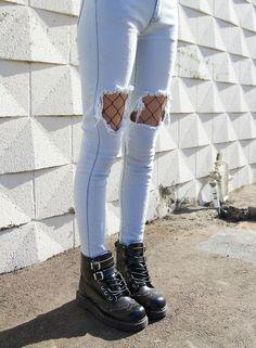 Medias de red debajo de jeans rotos