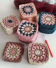 Autumn themed Granny Squares - Diy And Craft Could use some of my plum coloured yarnHow to Crochet Flower, Make a Granny Square and Join Them Granny Square Crochet Pattern, Crochet Blocks, Crochet Squares, Crochet Blanket Patterns, Crochet Granny, Crochet Motif, Crochet Yarn, Knitting Patterns, Granny Squares