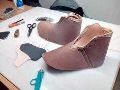 Tak a hotovo. Nakonec dopadlo vše trochu jinak. Boty se nedodělaly a to mojí vinou. Kůži jsem před šitím upravil, takže když jsem chtěl boty natáhnout na kopyto, nešlo to. Kůži jsme sice namáčeli hodně dlouho ve vodě, aby změkla, ale voda se do kůže nedostala a tak díky své kvalitě, tlouštce se nedala tvarovat. Tak jsem si nařezal kůži na nové boty. Kůži upravím po ušití bot. Až se mi zahojí ruce, pustím se do šití ;-)