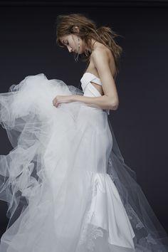 Robe de mariée bustier et tutu en tulle, style moderne rock - Robe: Vera Wang, Bridal Week Fall 2015 - Crédit Photo: Getty Images#weddingdress #bridaldress #rock #rockbridal