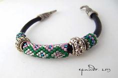 Pulsera cuero y delicas 3 | mistiQstudio Leather Jewelry, Leather Bracelets, Brick Stitch, Pandora Charms, Beads, Pattern, Bangles, Jewelery, Tejidos