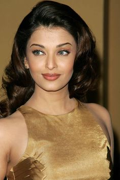 Bollywood star Aishwarya Rai showcasing a perfect nude makeup look at a premiere in 2004