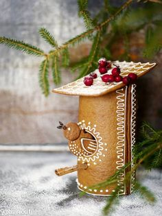 cute round gingerbread cookie bird house design decorated with royal icing, a holiday baking idea Christmas Gingerbread House, Christmas Sweets, Christmas Cooking, Christmas Goodies, Diy Christmas Gifts, Gingerbread Cookies, Christmas Time, Xmas, Pavlova