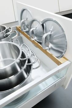 Küche planen mit Rundum-Sorglos-Service bei Spitzhüttl Home Company So that every pot always has its lid handy: The practical pot lid holder. There are more ideas for kitchen and living at Spitzhüttl Home Company. Kitchen Drawer Organization, Diy Kitchen Storage, Kitchen Drawers, Kitchen Cabinet Design, Home Decor Kitchen, Kitchen Interior, New Kitchen, Kitchen Cabinets, Kitchen Ideas