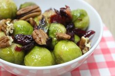 Zoete salade van mini-kooltjes en pecannoten