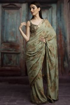 Looking for stylish designer sarees? Check out this vast collection of the latest designer saree trends. From Abu Jani to Anita Dongre and Manish Malhotra to Sabyasachi, this page has all kinds of designer saree images for weddings & parties. Sabyasachi Sarees, Indian Sarees, Lehenga, Silk Sarees, Pakistani, New Saree Designs, Saree Blouse Designs, Trendy Sarees, Stylish Sarees