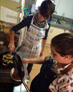 """Capturadas con las manos en la masa"""" @latroconis y @beatrizpirrone bajo el lente de @josejoselimongi  #CocinaEspontanea Mode On."""