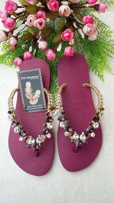 Herbhandler.cc Shoes Flats Sandals, Boho Sandals, Slipper Sandals, Bridal Sandals, Bridal Shoes, Fashion Slippers, Fashion Shoes, Flip Flop Craft, Decorating Flip Flops