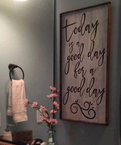 Oggi è un giorno buono per una buona giornata Questo segno di legno è perfetto per qualsiasi stanza della vostra casa! Dipinto a mano e realizzato in Harlem, GA. Questo segno è dipinto con sfondo bianco leggermente in difficoltà. Tipo di carattere è disponibile in macchia marrone (come nella foto) o vernice nera. Si prega di indicare nella nota al venditore la scelta nel colore del carattere. Se la vostra scelta non è notata che il tuo ordine sarà completato in marrone. Dimensioni: 12…