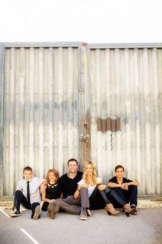 Familienbild-Pose-Ideen mit 3 Kindern - Smile You're on Candid Camera! Pose Portrait, Family Portrait Poses, Family Picture Poses, Family Picture Outfits, Portrait Ideas, Urban Family Photos, Unique Family Photos, Fall Family Pictures, Family Pics