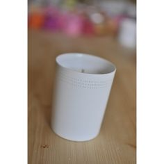 Bougie en cire végétale parfumée. Dans contenant en porcelaine. le tout fait main en France. Plusieurs parfums disponibles.