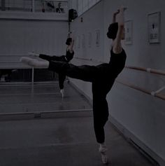Ballet Photography, Dark Photography, Ballet Art, Ballet Dancers, Book Aesthetic, Aesthetic Pictures, Foto Casual, Ballerina Dancing, Ballet Photos