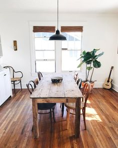 Moyer's Nashville Cozy Home Dining room design idea with blinds, wood table and indoor plant.Dining room design idea with blinds, wood table and indoor plant. Design Scandinavian, Airbnb House, Dining Room Design, Cozy House, Home Kitchens, Sweet Home, Room Decor, Wall Decor, Dining Set