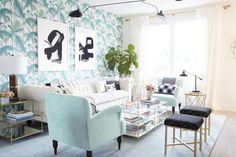 un salon très féminin esprit boudoir revisité un mélange de motifs, couleurs et matières #gold #glass #wallpaper #jungle #velours #green #blue #black #deco #home #interior #livingroom #inspiration #pepperbutter www.pepperbutter.com
