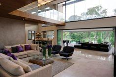 La repetición de elementos como los cojines, butacas o jarrones dan la sensación de organización en este loft.