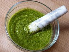 Recept na domácí bazalkové pesto krok za krokem - Vaření.cz Pesto, Guacamole, Salsa, Ethnic Recipes, Food, Italy, Essen, Salsa Music, Meals