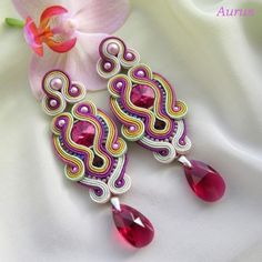 It has been a while that I was looking for the exact technique& name with which these earrings are made of.it& called Soutache technique. Boho Jewelry, Jewelry Crafts, Jewelry Art, Beaded Jewelry, Jewelery, Handmade Jewelry, Soutache Pendant, Soutache Necklace, Beaded Earrings