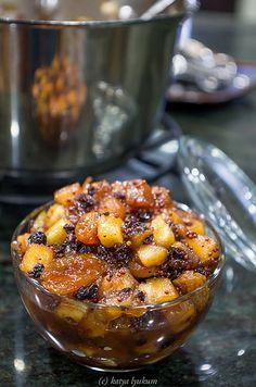 Classic Apple Chutney яблочный чатни в стиле Майора Грэя (~300мл чатни) Ингредиенты 250г кисло-сладких яблок (2 крупных) 40г лимонного сока 85г лука 10г чеснока 35г изюма (золотистый + коринка) 115г коричневого сахара 1 ст.л. горчичных зерен 1/2 ч.л. молотого имбиря 1/2 ч.л. корицы 3 гвоздички 3 горошины ямайского перца 1/2 ч.л. соли 120мл яблочного уксуса