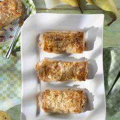 Mandelblättchen anrösten. Marzipan klein reiben. Birnen schälen, entkernen und fein würfeln. Mit Mascarpone, Zitronensaft, Konfitüre, Honig, Marzipan...