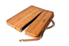 Dieses coole Gadget besticht nicht nur durch die Holz-Optik. Mit eingearbeiteten Ledergriff eignet sich das Case auch hervorragend als Tasche. Hergestellt wurden die handgefertigten Bambus-Taschen von SILVA für dasMacBook Pro (13-15 Zoll), sowie eine klei