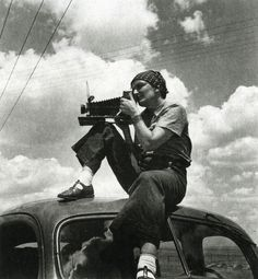 // Dorothea Lange (using the 'Graflex'). Image by Paul S. Taylor, 1934