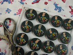 [ Brocante French bunny button 1950's ] 1950年代のプラスチック製のグリーンの丸ボタンで立体的なうさぎのデザインに細やかなハンドペイントが施されたキュートなボタンです。