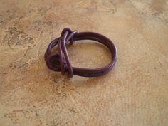Fioletowy pierścionek z przewodu.  #pierscionek #handmade