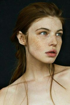 16 Photos That Prove Women With Freckles Are Beautiful While others hide it, some women choose to confidently flaunt it. These beautiful photos of women with freckles will have you wishing you were born with it. Pretty People, Beautiful People, Irish Women Beautiful, Beautiful Beautiful, Naturally Beautiful, Irish Redhead, Women With Freckles, Models With Freckles, Foto Portrait