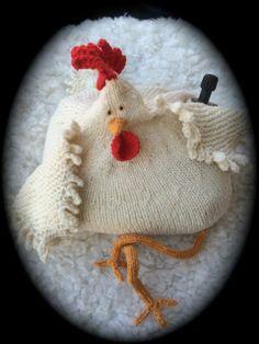 Fyllehönan Agda relaxar på fårskinnsfällen.